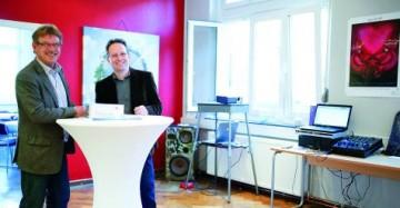 """Vorsitzender Andreas Wiedmann und Carsten Raupach sind stolz auf ihre """"Sailor's Lounge"""" als Gemeinschafts- und Schulungsraum. Foto: Christian Schaffrin"""